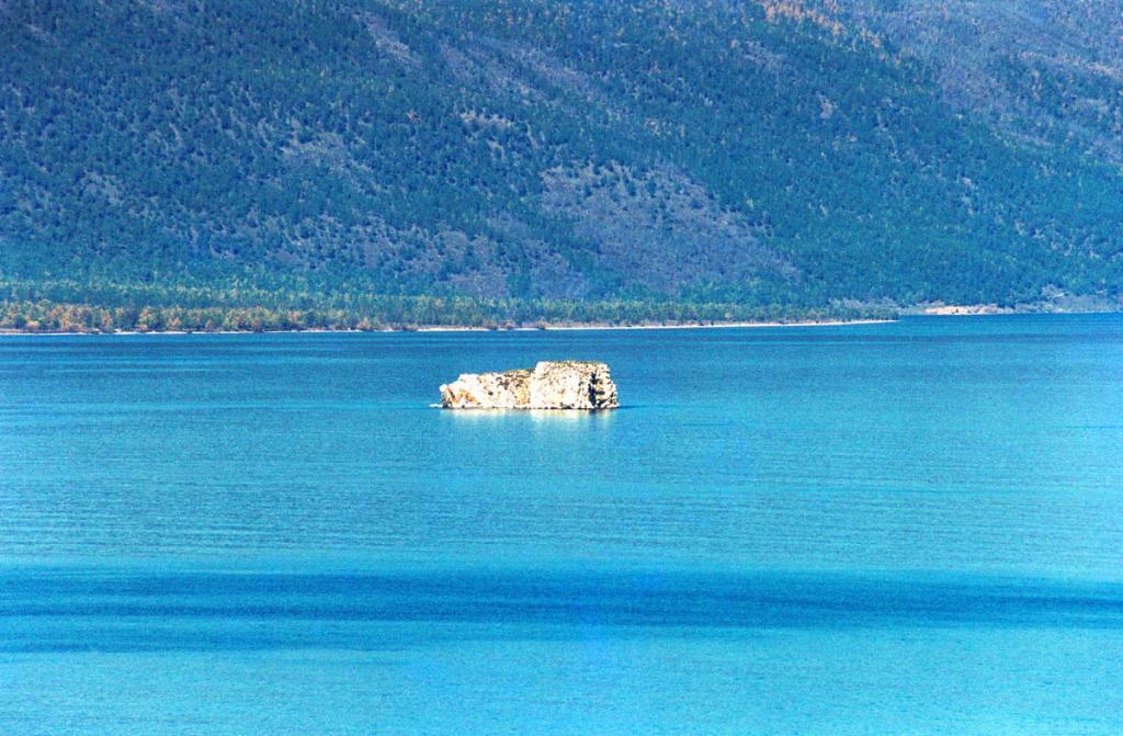 В Малом море (вместе с Ольхоном) возвышается 15 скалистых островов. На снимке: остров Ольтрек (Барокчин), находится в 1.5 километрах от мыса Курминский.