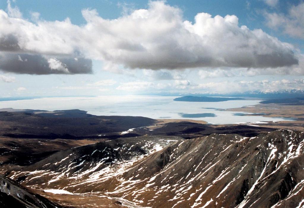 C юго-восточного гребня Мунку-Сардыка хорошо видно крупнейшее озеро Монголии - Хубсугул (прежнее название Косогол, высота озера над уровнем моря 1645 метров, высота над уровнем Байкала - 1118 метров, длина 136 километров, наибольшая ширина (на снимке) 36.5 км., наибольшая глубина 262 м).