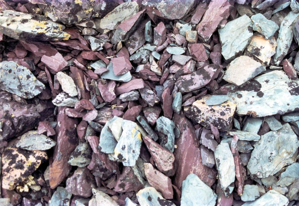 Этим краскам в горной тундре Байкальского хребта - миллионы лет! В составе вулканогенно-осадочных толщ Прибайкальской зоны входят стратифицированные образования базальт-диабазовой, базальт-риолитовой, спилит-кератофировой с базальтовыми коматиитами вулканогенных формаций. Эффузивы переслаиваются с туфами контрастного состава, краувакковыми песчанниками, зелеными парасланцами, железистыми кварцитами, реже карбонатными породами. Снимок сделан в каменистой тундре вблизи истока реки Лена.