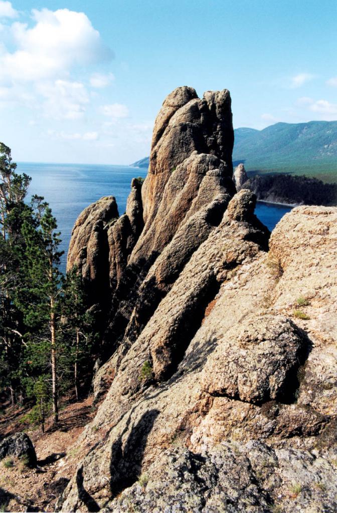 На горных склонах, окружающих Песчаную, выделяются столбообразные скалы, сложенные гранитами рапакиви.