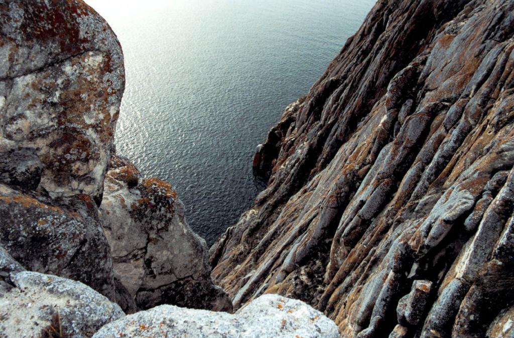 Утес Саган-Заба неприступной твердыней возвышается над Байкалом.