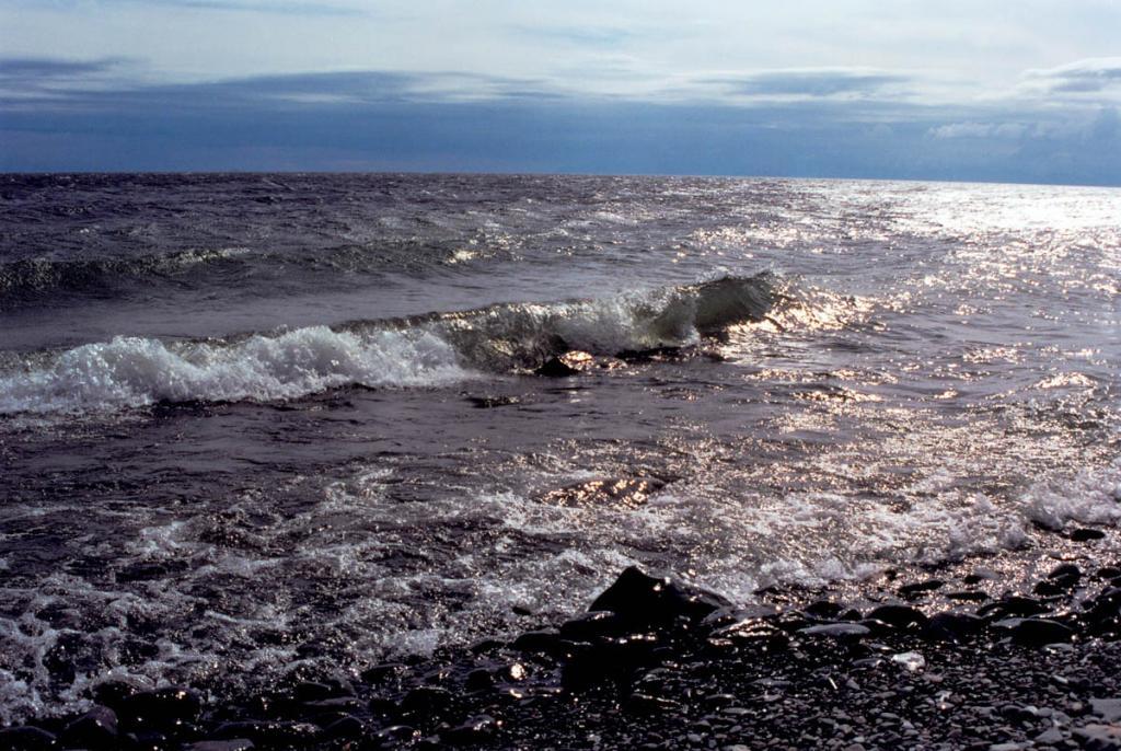 В пасмурную дождливую погоду волны у берега приобретают характерный свинцовый оттенок.