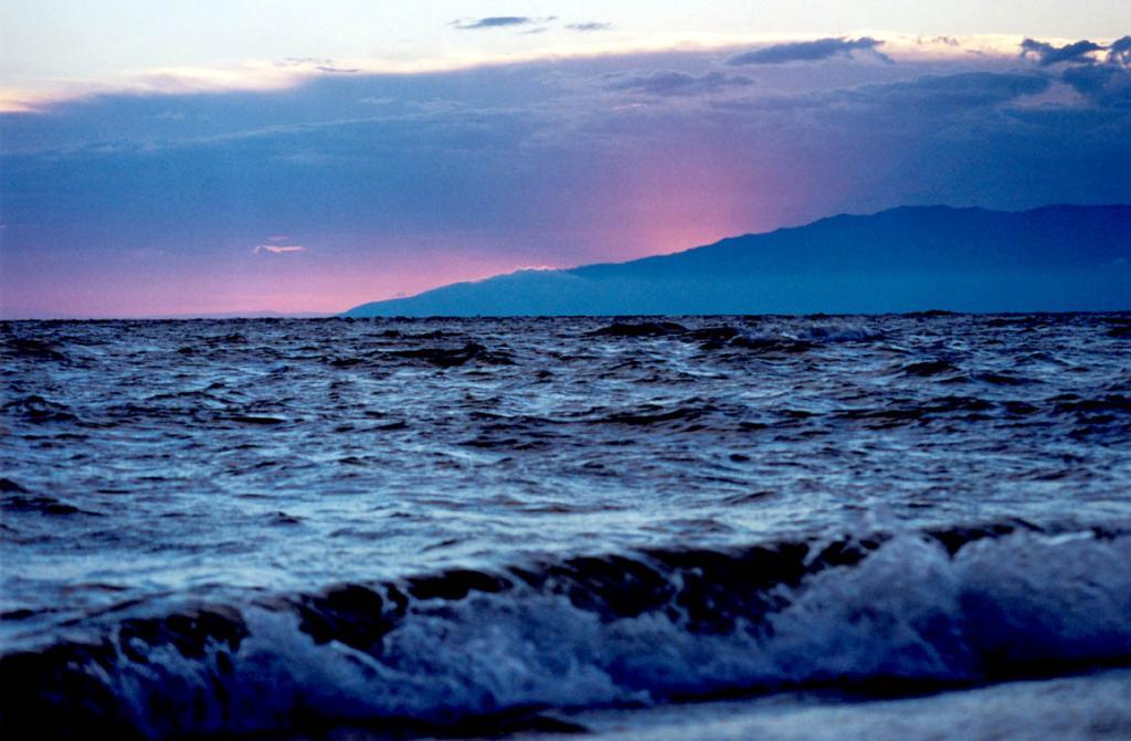 Жизнь древних народов Байкала покоилась на культе Света и почитании Воды. На снимке: вечерний шторм в Баргузинском заливе.