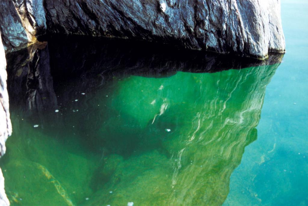 """Самая глубокая точка коренной ложбины Байкала лежит примерно на 700 метров ниже уровня мирового океана. Байкальская впадина - глубочайшая котловина на суше. Ее """"корни"""" рассекают всю земную кору и уходят в верхнюю мантию на глубину 50-60 километров."""