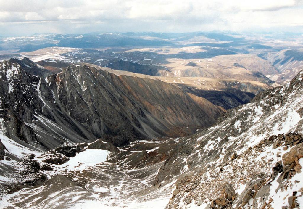 Вид с вершины Мунку-Сардык на север. У подножия склона в замкнутом цирке видно озеро Эхой, покрытое льдом.