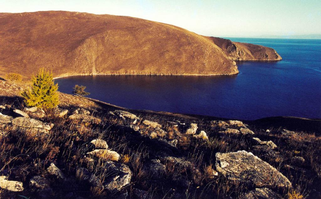Яркие краски байкальского заката на южной оконечности острова у мысов Ушун (дальний) и Улан-Хапсагай (с его вершины сделан снимок).
