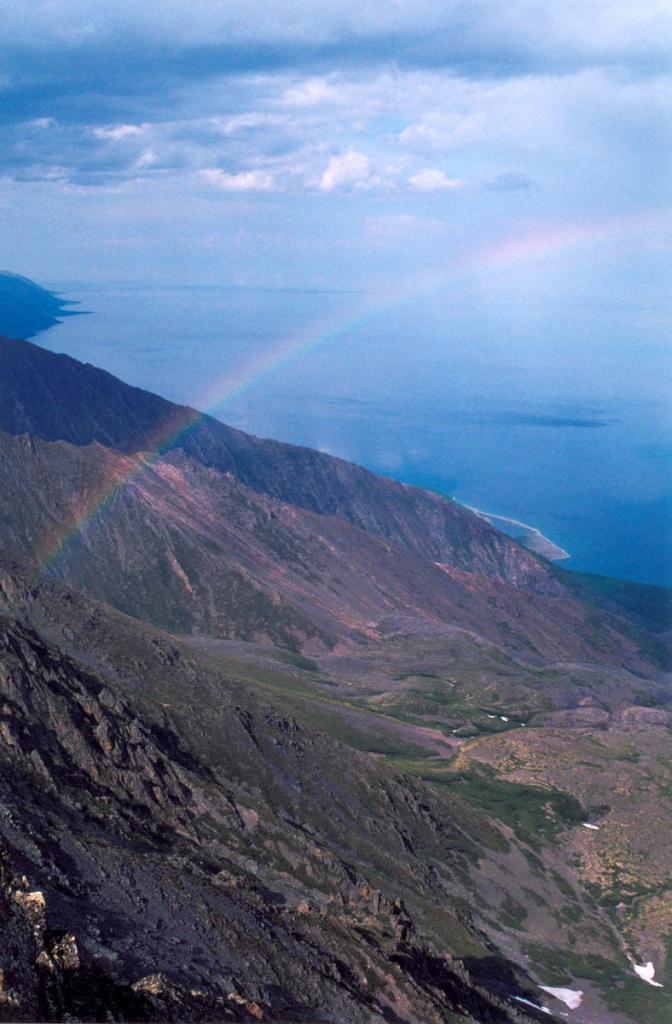 Радуга над северо-западным побережьем у Кедровых мысов.