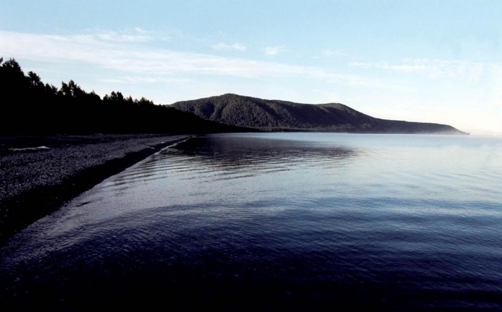 С севера губа Давше (по-эвенкийски луга, широкая открытая местность) закрыта мысом Валукан (Зырянский). Снимок сделан перед рассветом. БГЗ.