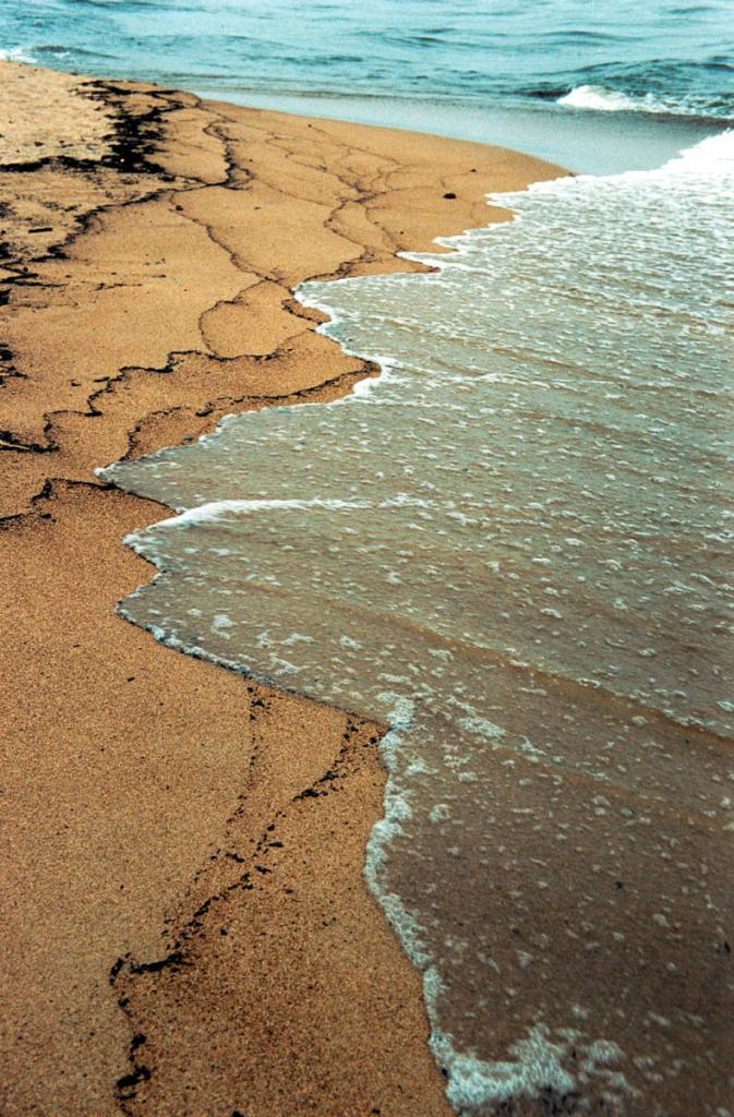 Прибой на песчаном берегу в Баргузинском заливе.