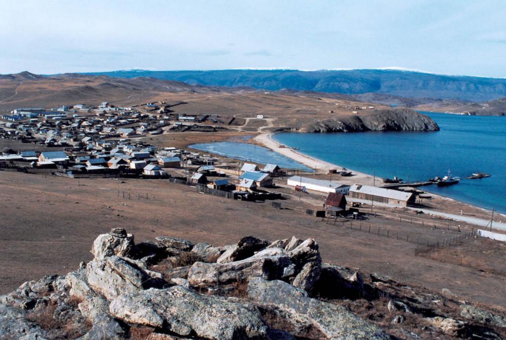 Поселок Сахюртэ (МРС) - транспортные и туристические ворота Малого моря. Здесь заканчивается дорога - Иркутск - Баяндай - Сахюртэ и находится причал паромной переправы на остров Ольхон. Голые окрестности поселка постоянно продуваются холодными северо-западными ветрами.