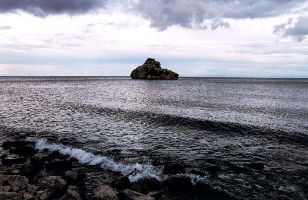 Остров Камень Бакланий вблизи Песчаной - единственный в южной акватории озера. Еще в прошлом веке на этом маленьком острове находилась самая крупная на Байкале колония большого баклана (с начала 60-х годов баклан на Байкале исчез, за исключением редких встреч, полностью).