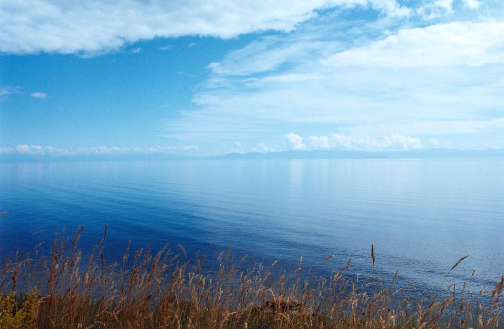 В июле на Байкале устанавливается штилевая погода (в отдельные годы в июле бывает до 20-27 штилевых дней). Снимок сделан с мыса Саган-Морян (северо-западное побережье).