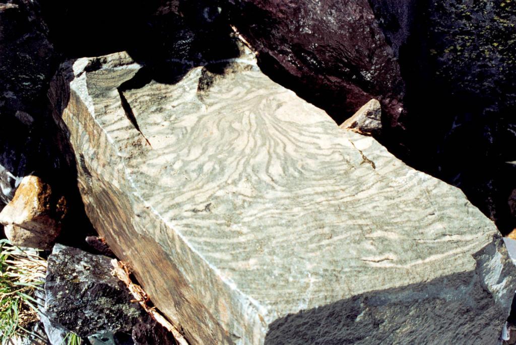 """""""Муаровый осколок"""" из эпохи динозавров - свидетель геологической эволюции Байкала. Снимок сделан в вершине первого правого притока р. Правая Тонгода."""