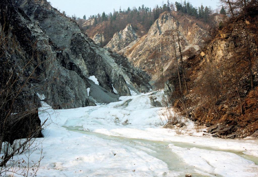 За зиму в узких ущельях небольших горных речушек намерзают 2-3 метровые наледи.