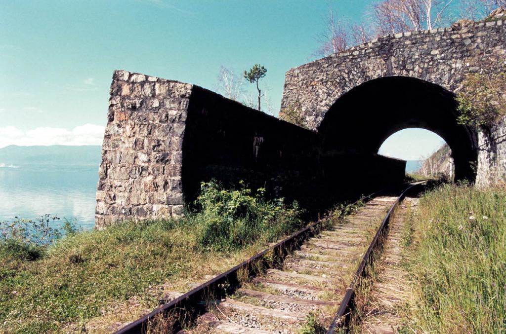 На 84-километровом пути от станции Култук до порта Байкал построено 424 инженерных сооружения. В обвалоопасных местах построено 14 километров подпорных стенок, 47 каменных и 3 железобетонных галереи.