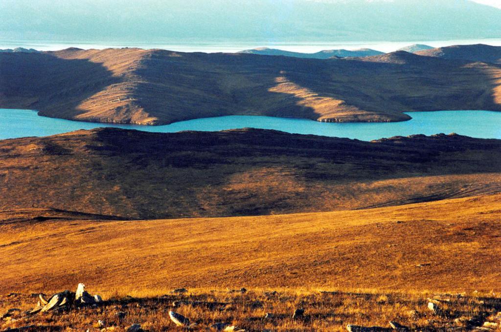 На южной оконечности острова распространены степные ландшафты с глубоко вдающимися в сушу и хорошо прогреваемыми летом заливами. На снимке: бухта Загли.