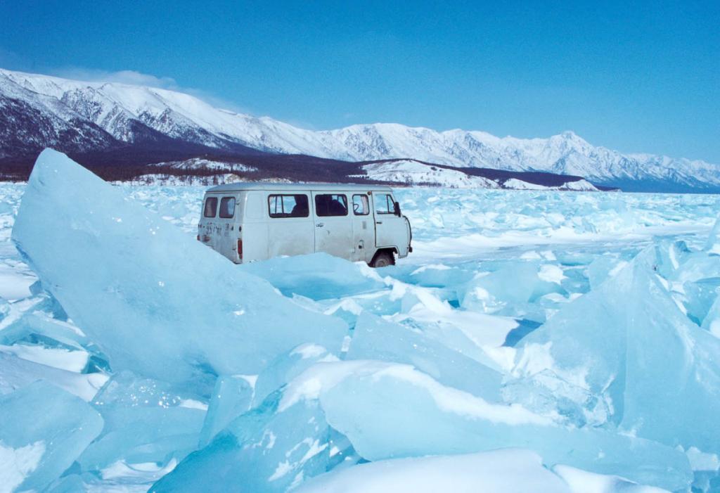 Зимняя дорога по Байкалу часто проходит по огромным полям ледяных торосов.