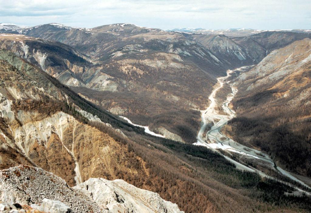 У подножия плато Нуху-Дабан река Черный Иркут (правая), берущая начало в озере Ильчир, сливается с рекой Белый Иркут (левая), стекающей с гор хребта Мунку-Сардык.
