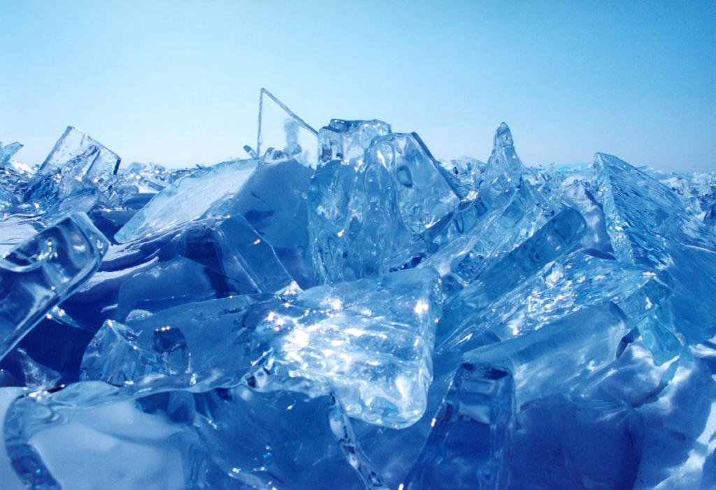 Ледяные торосы из чистого как слеза льда - вечные фантазии природы Байкала.