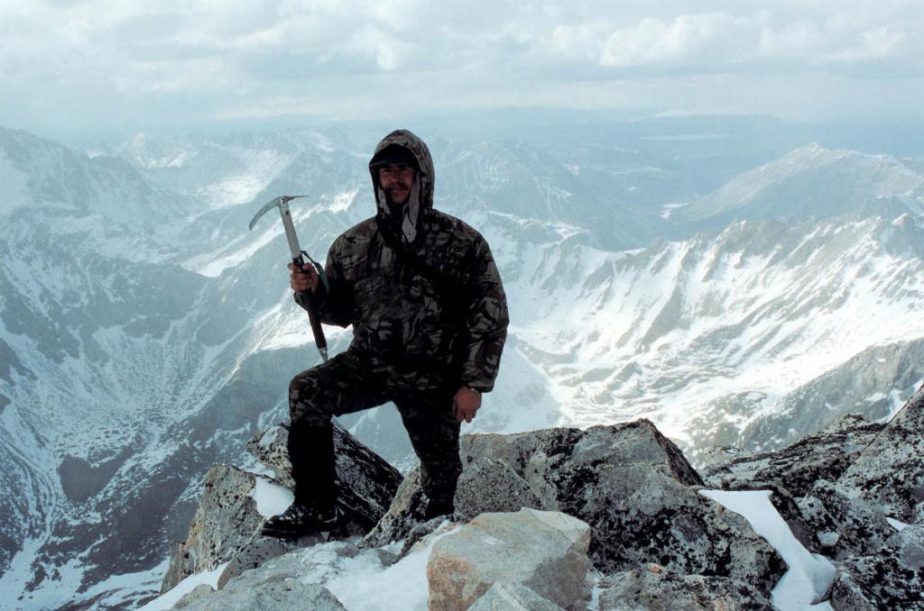 С покорения высшей точки Восточного Саяна - вершины Мунку-Сардык (3491 м.) - еще в ХIХ веке начались восхождения на вершины Сибири. Словно магнит, Вечно Белый Голец, считавшийся у местного населения обителью горных духов, притягивал воображение и внимание вначале исследователей, а затем и множества альпинистов и туристов. В последнее время на вершину горы в первых числах мая ежегодно поднимается от 200 до 600 и более человек. На снимке: автор на вершине горы.