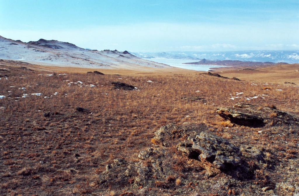 В зимнее время на юге Ольхона практически нет снежного покрова, в то время как на ближайших западных склонах Приморского хребта (до осевой линии хребта 15 километров) он может достигать 1.5-метровой глубины.