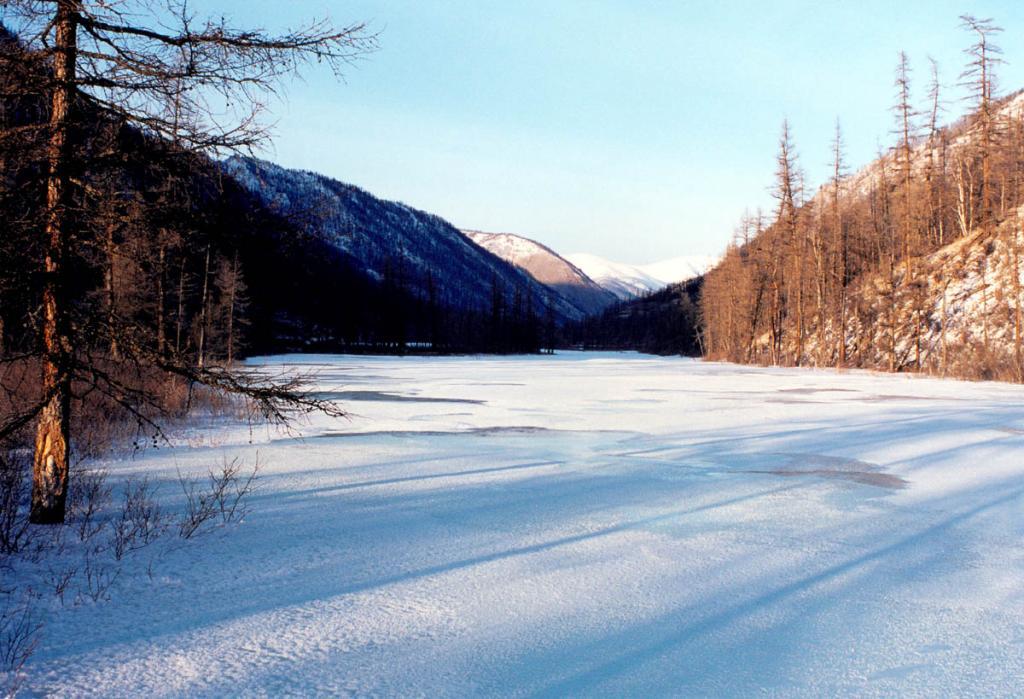 Зимние вечера на байкальских горных реках рождают удивительную палитру утонченных красок.