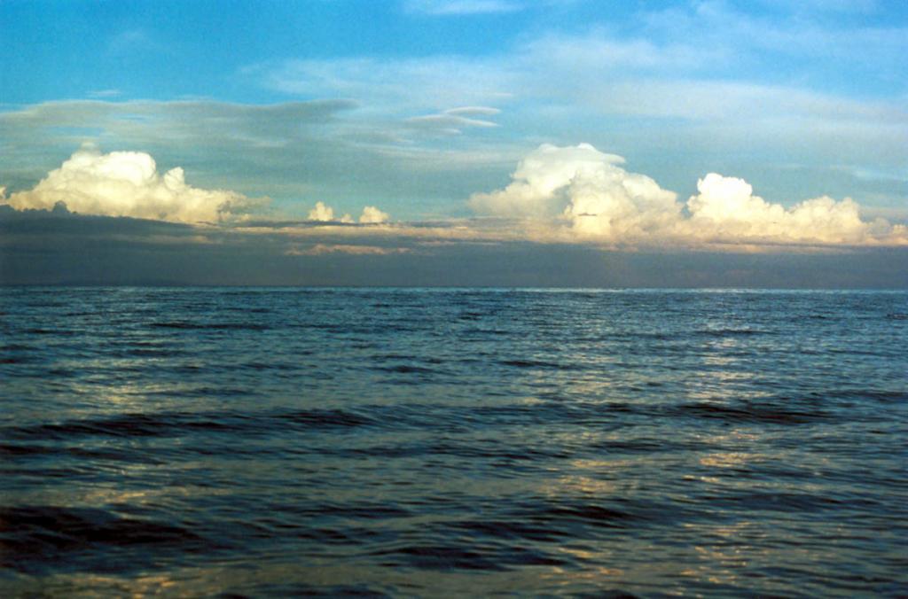 Летом часто над окружающими озеро хребтами громоздятся высокие кучевые облака. На снимке: типичная летняя облачность над Баргузинским хребтом в вечернее время.