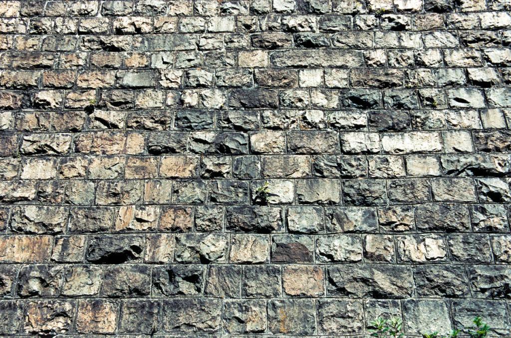 Каменная кладка из байкальского природного камня на Кругобайкальской железной дороге.
