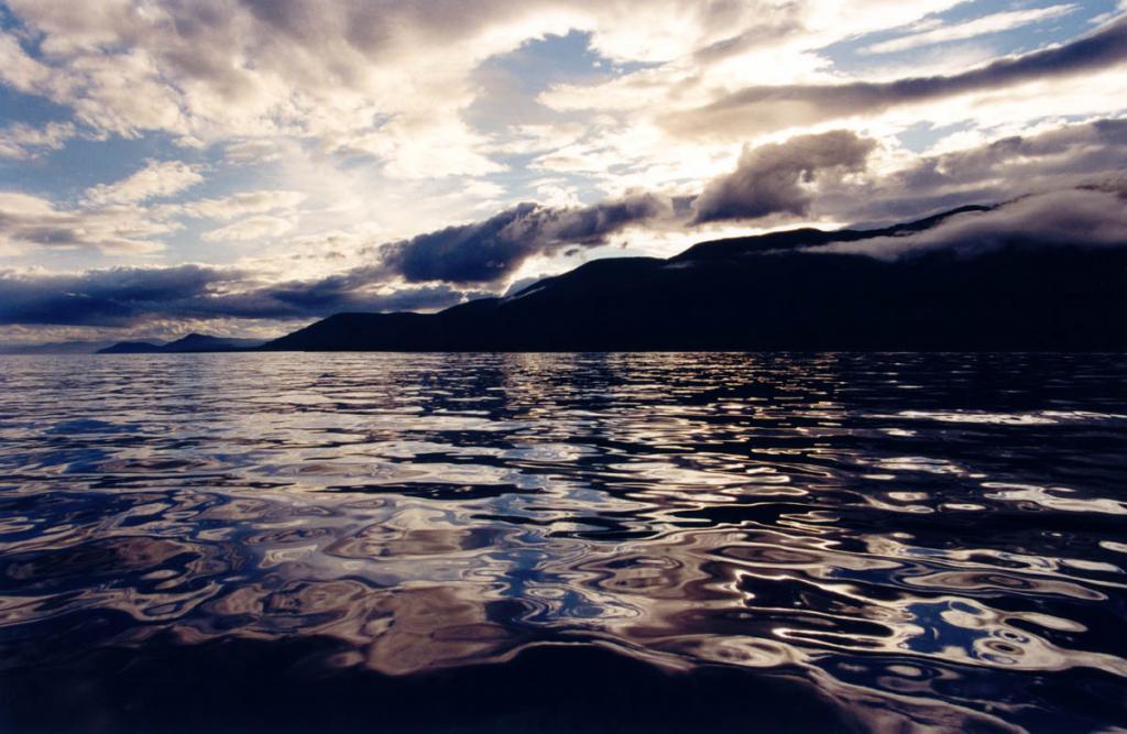 От байкальских глубин до Высот Беспредельности мир наполнен волшебством Нерожденного Света. На снимке: северо-западное побережье у мыса Кочериковский.