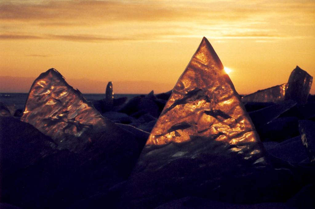 """""""Золотые"""" кристаллы байкальского льда могут достигать 2-х метровой высоты."""
