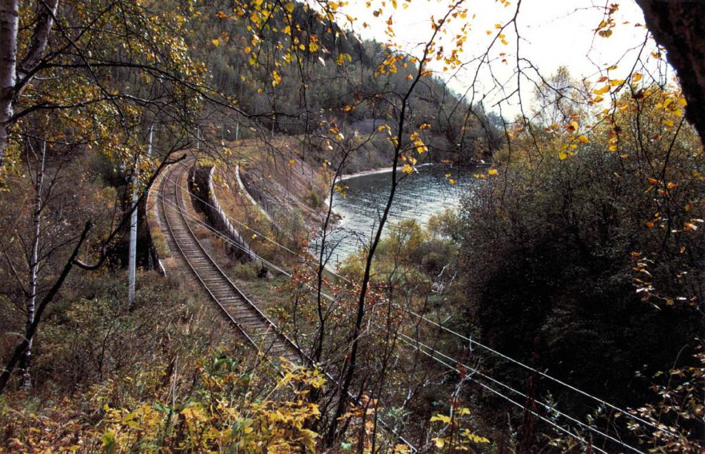 Железнодорожная линия Кругобайкальской железной дороги проложена с учетом рельефа берега, состояния горных пород и уровня воды.