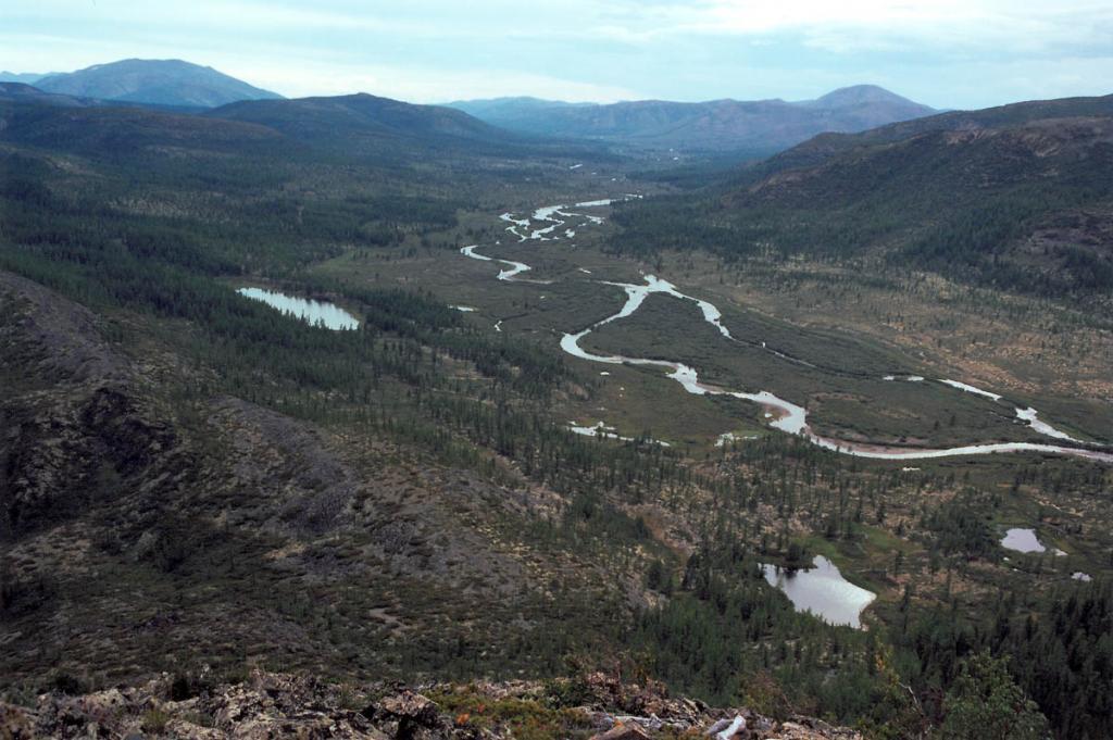Долина реки Лена (на снимке: в 20 километрах от истока у перевала (внизу слева) Солнцепадь) была сформирована ледником более 9000 лет назад.