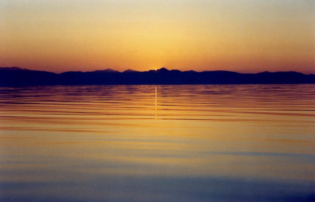 На закате летом Байкал часто бывает безмятежно спокойным.