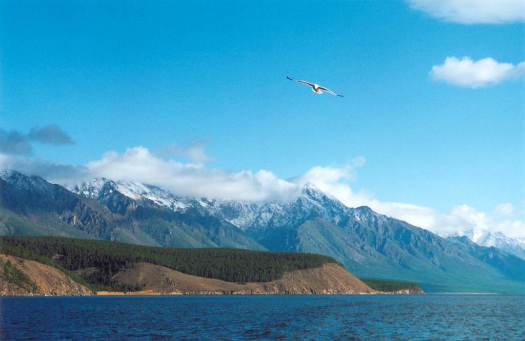 Огромные территории на севере Байкала находятся под государственной охраной со статусом природного заповедника. На снимке: Байкальский хребет у мыса Саган-Марян. Байкало-Ленский заповедник.