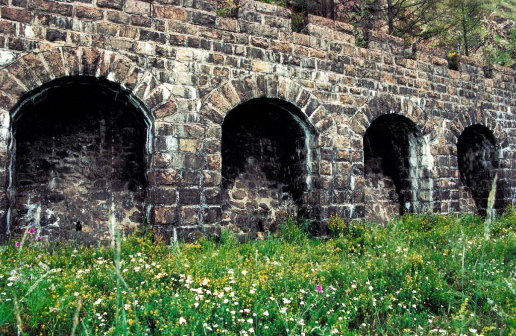"""Защитные стены на Кругобайкальской железной дороге по декоративному оформлению не уступают фасадам тоннелей. На снимке: """"итальянская"""" подпорная стенка."""