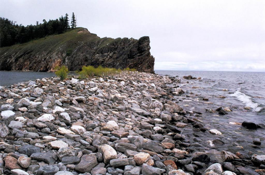 С южной стороны скалистый остров Лохматый Колтыгей заканчивается 200-метровой галечниковой грядой.