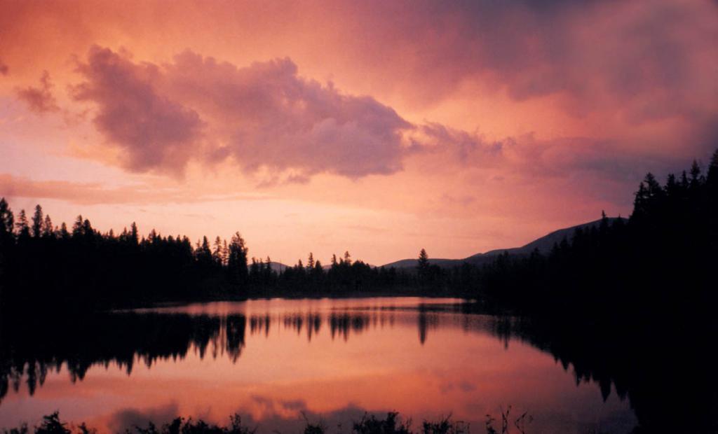 Августовский, редкий по своим краскам, вечер на озере Изумрудное. Долина верховий реки Лена.