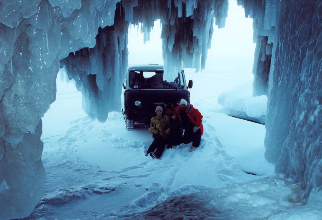 Ледяные гроты Малого моря могут стать одной из целей автомобильного путешествия по зимнему Байкалу.