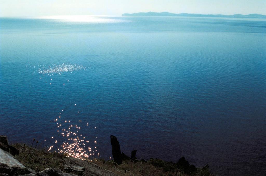 Из-за теплоинерционного влияния мощной водной массы Байкала самый теплый месяц на озере август, а не июль, как на прилегающих тирриториях. По этой причине теплая и первая половина сентября. На снимке: в теплый июльский день на Малом море, снимок сделан с мыса Арул. На горизонте остров Ольхон.