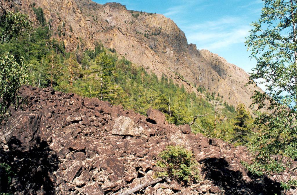 На протяжении тысячелетий каждый камень на этих склонах Байкальского хребта подвергался разнообразным воздействиям: породы этих гор испытали многоэтапные разнотипные структурные деформации. Байкальский хребет подвергался и (не менее трех раз) мощному оледенению. В этом месте (Солнцепадь, район мыса Покойники) толщина ледника достигала, вероятно, более 200 метров.