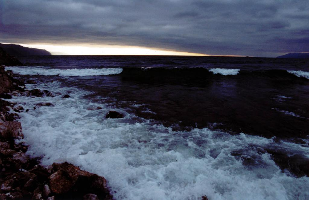 Осенний шторм на южной оконечности Байкала у Шаманского Мыса.
