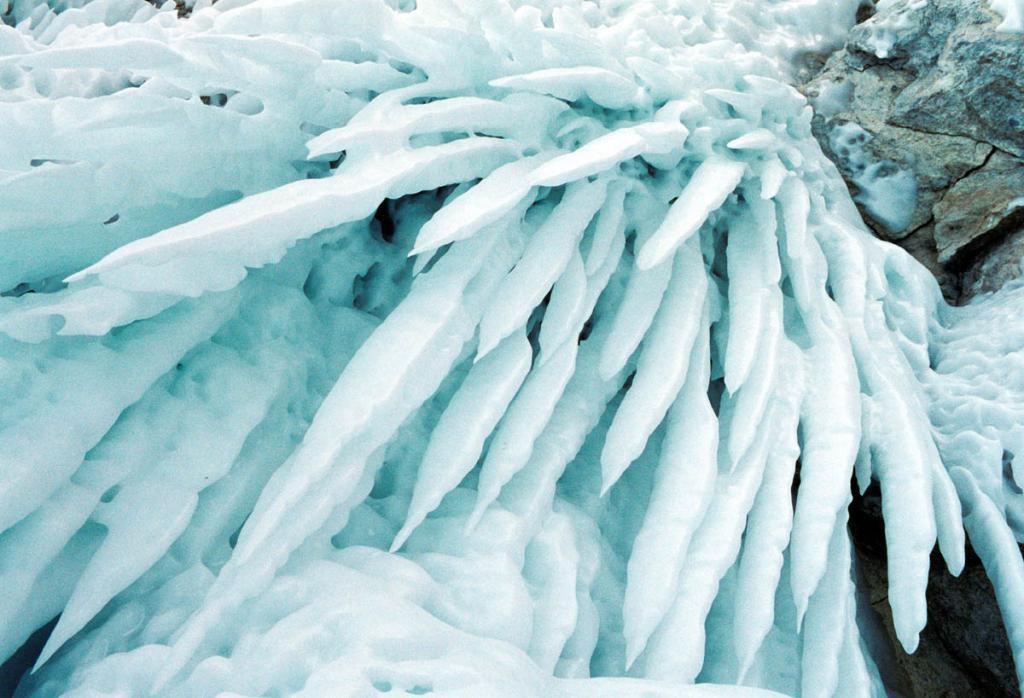 Такая форма ледяных сокуй на байкальских берегах встречается редко.