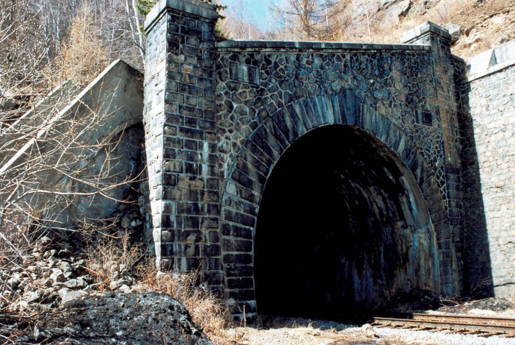Рядом с тоннелями часто воздвигались защитные стены от камнепада и обводные каменные русла для небольших ручьев.