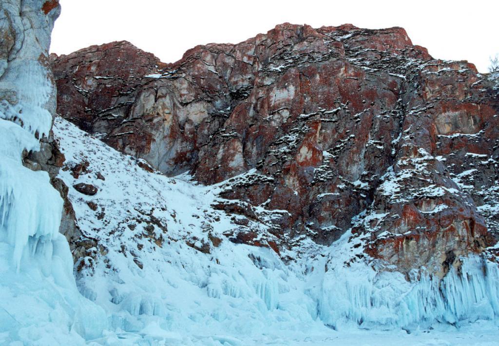 Разбиваясь на морозе о каменное подножие Ольхона (Байкал замерзает в январе) замерзшая вода волн образовала грандиозные ледяные стены 7-метровой высоты.