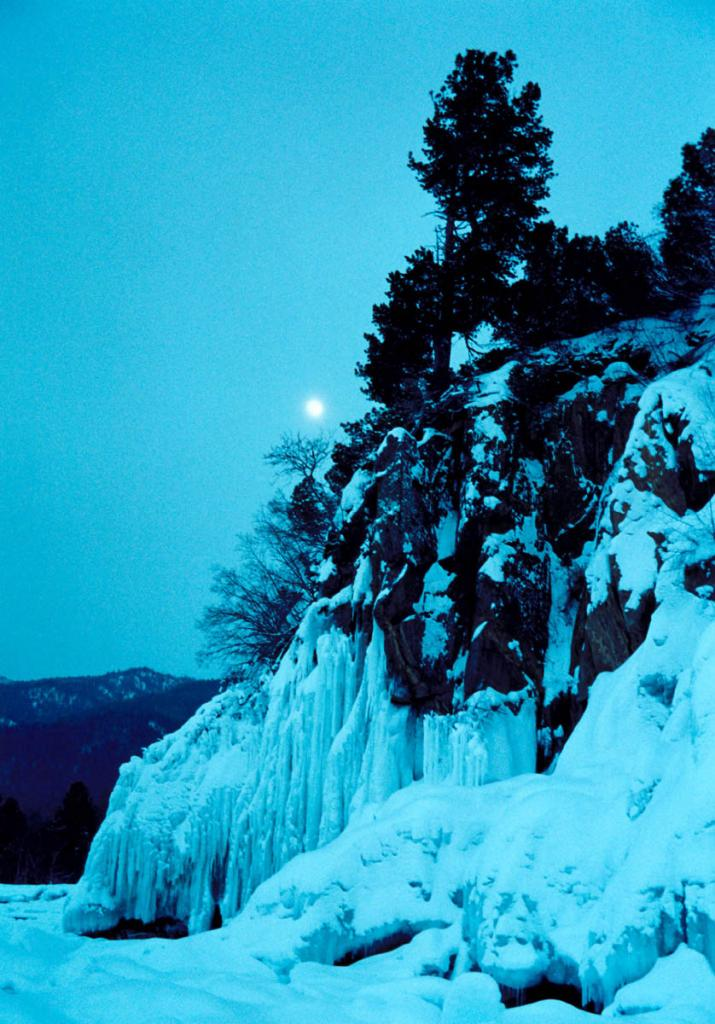 Морозный вечер на Северном Байкале. На снимке: северо-восточное побережье у мыса Кедровый.