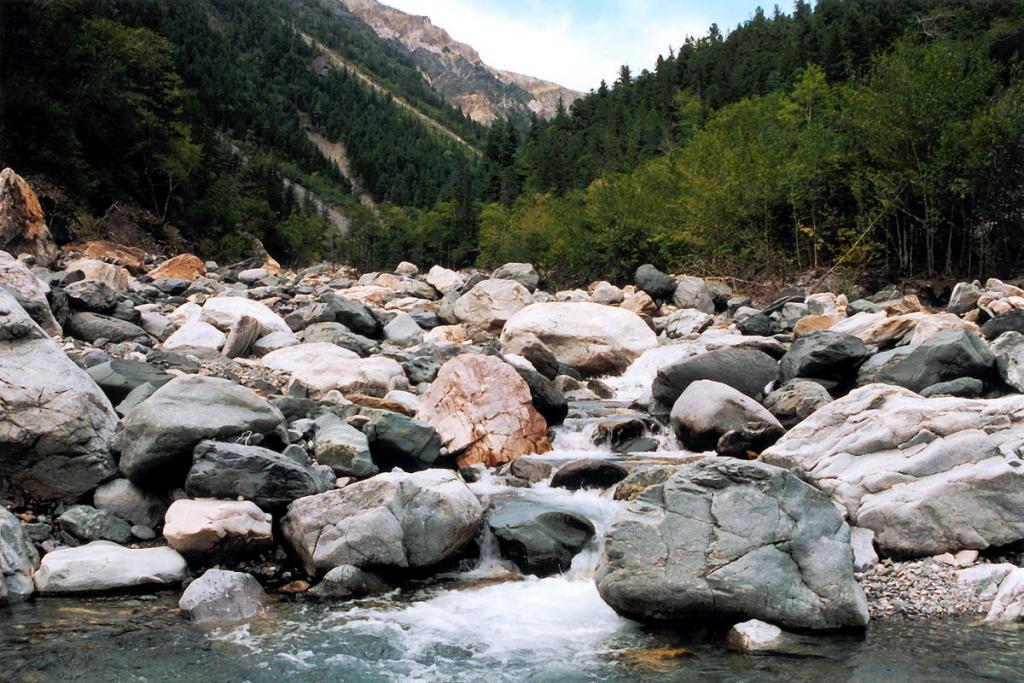 Валуны в долине речки Риты (Байкальский хребет, мыс Хыр-Хушуун).