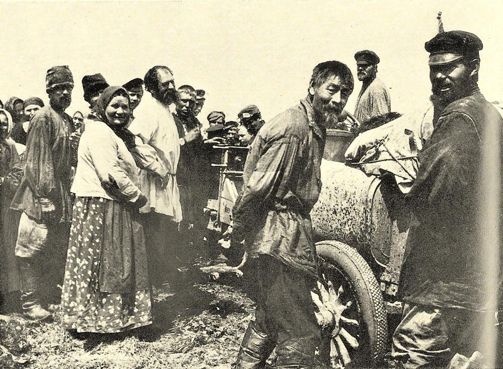 Крестьяне с интересом разглядывают впервые увиденный ими автомобиль