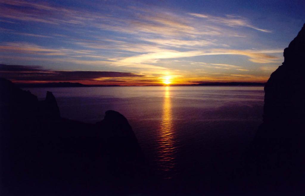 В предрассветных красках Байкала звучит гимн просыпающейся Жизни. Снимок сделан с вершины северо-восточной оконечности острова Ольхон.