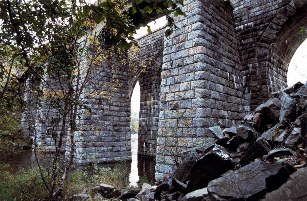 Каменные опоры железнодорожного моста над устьем реки Большая Крутая Губа.