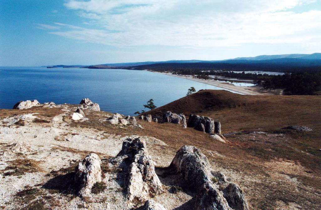 """С вершины мыса Бурхан открывается панорама на 6-километровое песчаное """"лукоморье"""" Сарайского залива."""